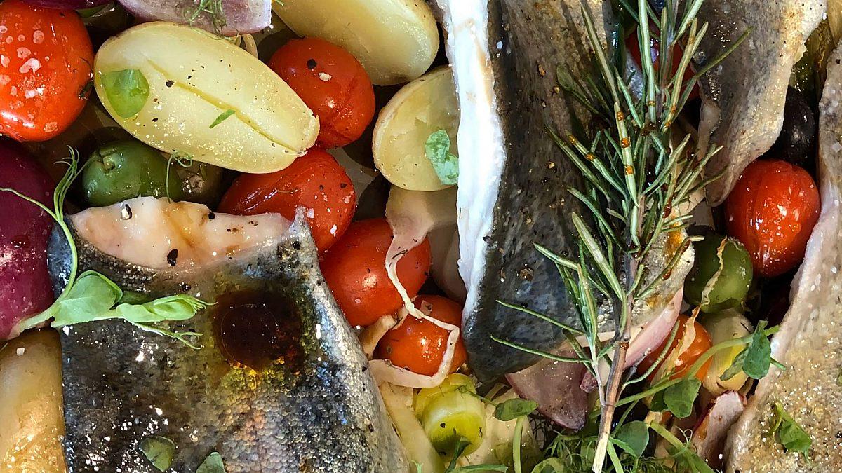 Forelle mit Gemüse im Ofen gegart